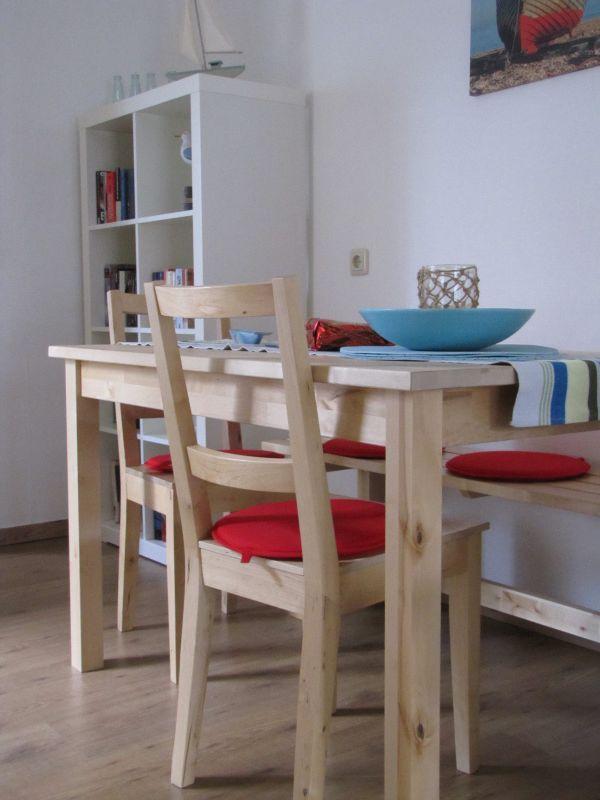 Sitzen bei Sonnenschein in der hellen Küche